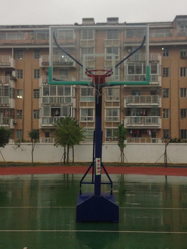 柳州伟德游戏betvicto体育又一学校的新篮球架安装案例